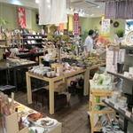 アーペ和茶カフェ - 雑貨屋には服から食器、様々な雑貨が取り扱われています。