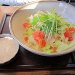 アーペ和茶カフェ - 「ゴマ風味サラダきしめん」(800円):サラダと一緒というのも、女性からの印象が良いかなーと♪