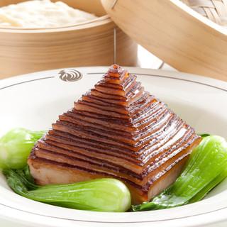新鮮な魚介類や焼物の素材を最大限に生かした、伝統的広東料理