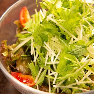 トッピングやサラダに使われている野菜は新鮮で高クオリティ♪