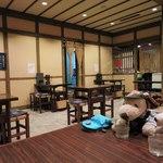 お城茶屋 - 店内はテーブル席と小上りになったお座敷席があります。ボキらはお座敷席に。