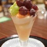 お城茶屋 - ちびつぬは、お城パフェ弐番980円。岡山産白桃ピューレとヨーグルト、ソフトアイスクリーム。ちびつぬ「やさしいお味なの~」