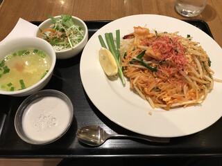 バンコクスパイス 新宿店 - パッタイ(ミニサラダ、スープ、デザート付)