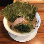横浜家系 麺屋はやぶさ - 醤油がかなり強いスープ
