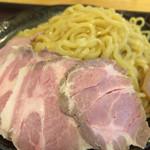 117099469 - ロゼカラーのチャーシューと極太ちぢれ麺が美味しい!