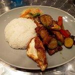 マンゴツリーキッチン - 季節野菜とカリカリ豚肉のガパオ(上から)