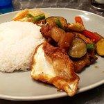 マンゴツリーキッチン - 季節野菜とカリカリ豚肉のガパオ(目玉焼きもカリカリ)
