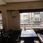 酒食 オーグ - 窓側の席