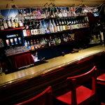 テランガ - お酒がたくさん並んだカウンター 貴方のお好みのお酒を見つけて下さい
