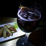 テランガ - 妖艶なワインベースカクテルに ウィンナーとポテト炒め