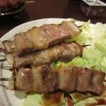 焼鳥の成吉 - 2本目は豚バラ、福岡の焼き鳥と言えばやっぱり豚バラは外せない一品ですよね。