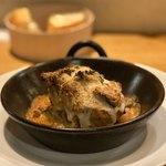 117127595 - ハンバーグ(肉料理)。豚肉の旨味を閉じ込めた表面の衣が焼き目も味わいも素晴らしい。
