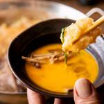 日本再生酒場 - 新登場!ホルモンすきやき鍋は甘めの割り下と溶いた卵で絶品に