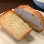 ラ・パレット - 奥様お手製のパン。左がじゃがいも、右はとうもろこし