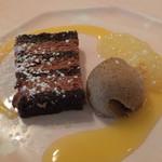 ラ・パレット - ムース系のチョコレートケーキとアイスクリーム、オレンジ。一品が少くなくなり皿の上が淋しくなったような。