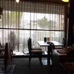 ラ・パレット - 窓際のテーブル席