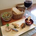 パートリア - 前菜 フォカッチャ サラダ 赤ワイン