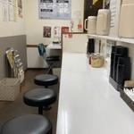 カレーの龍 - 奥にテーブル席が一つ