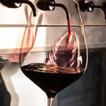 チーズ料理×ワインブッフェ シャンブレ - ワインをそそぐ瞬間