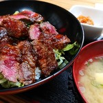やよい - 赤牛丼は味噌汁、小鉢つき