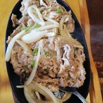 食小屋 タナカ - 牛肉と青唐辛子と玉ねぎの炒め物の下には、もやしが敷かれています。