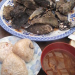 谷川水産 - 牡蠣おにぎりと牡蠣入りみそ汁が付いてきます
