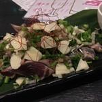旬菜イチバ陣屋門 - カツオのタタキ(ひと皿目)
