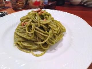 スピーゴラ - ジェノベーゼ(背後の野菜のマリネやアマレッティ等も美味)