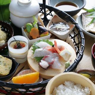 湾 - 料理写真:四季折々の旬の食材を盛り込んだ多彩な味わい『季節の篭盛り膳(12品)』