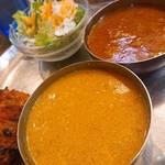アヒリヤ - Bランチ(日替わりカレー2種類: チキンキーマ・ポークカレー、サラダ、タンドリーチキン)
