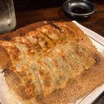 居酒屋 丸大 - 立派な羽根つき餃子。めちゃめちゃ美味しかったです。