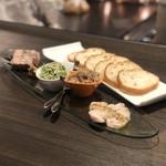 Senroya 泉三丁目 - 自家製シャルキュトリーの盛り合わせ(ピスタチオ入りパテ・ド・カンパーニュ、しらすのカナッペのバジルソース、もち豚のリエット、鶏胸肉のポシェ)