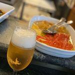 117207440 - ビールとカウンターに並べられたアンチパストの料理。