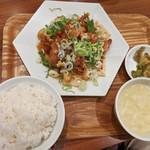 紅虎餃子房 - 鶏の唐揚げ香味ダレ(油淋鶏/ユーリンチー)980円と定食セット(ご飯・スープ・漬物)250円。
