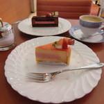 レ・クレアシオン・ドゥ・パティシエ シブイ - 美味しい珈琲(右奥)と名作、アプリコテ(手前)