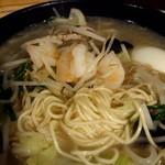 赤坂ふ~ちん - スープの滲みる細麺。