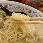 萬力亭 - 細ストレート麺。自家製だそうです。