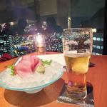 11726996 - 生ビール(サントリープレミアムモルツ)(650円)にブリの造り(1,100円)。