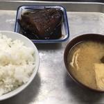 117269401 - 名物?の白御飯・味噌汁・カレイの煮付け(後追いで玉子焼)