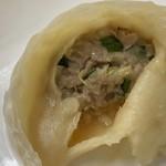 弘福 - 豚肉とキャベツの蒸し餃子(皮を開けてみた)
