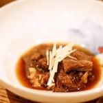 博多あごだしもつ鍋 土の上の花 - 【さわやかな肉質】九州産黒毛和牛ほほ肉の煮込み