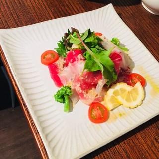 産地直送の魚と野菜のカルパッチョ