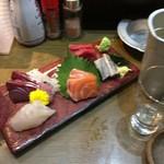 立呑み 魚椿 - 刺身3種盛りは何故か5種でサーモン、マグロ、ハマチ、ヒラメ、イワシ。