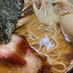 117330423 - 「わんたん焼豚そば」「味付けたまご」「麺大盛」接写。透明感のあるスープは、鶏がらとげんこつに、瀬戸内産の煮干いりこ、昆布、鰹節などの魚介出汁を合わせたダブルスープだ。が、飽くまでも個人的な感想なのだが、出汁全体の主張が強過ぎる。出汁の自己主張の強さが半端でなく、スープを啜りながらだいぶ閉口した。