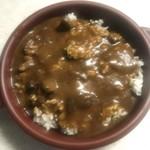 小倉銘品蔵 - グラタン皿にごはんを盛り、焼きカレーのルーをぶっかけます