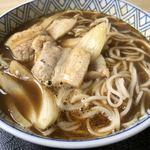 117338867 - 麺は細くて薄い色のそばです。豚バラ肉と玉ねぎが具材です。