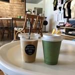 ハニー珈琲 - アイスラテ 400yen(左)と本日のコーヒー 350yen(右)