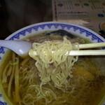 三男坊 - 麺は細麺縮れ、もちもちっとした噛み応えあり