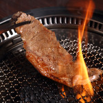 焼肉 蔵の吉ホルモン - 焼いているシーン(牛ステーキ)