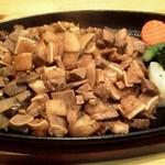 マラーサ - 料理写真:Sisig(豚の耳とタンの鉄板焼き):900円